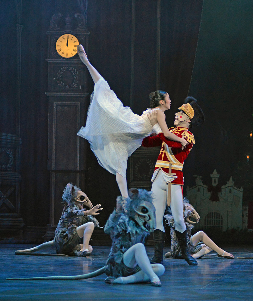 Shiori Kase and Guilherme Menezes in Nutcracker.© Dave Morgan. (Click image for larger version)
