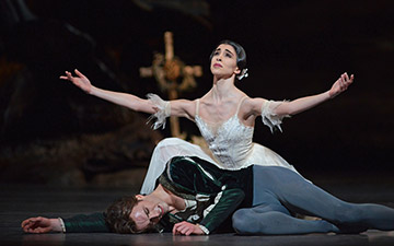 Yasmine Naghdi and Matthew Ball in Giselle.© Dave Morgan, courtesy the Royal Opera House. (Click image for larger version)