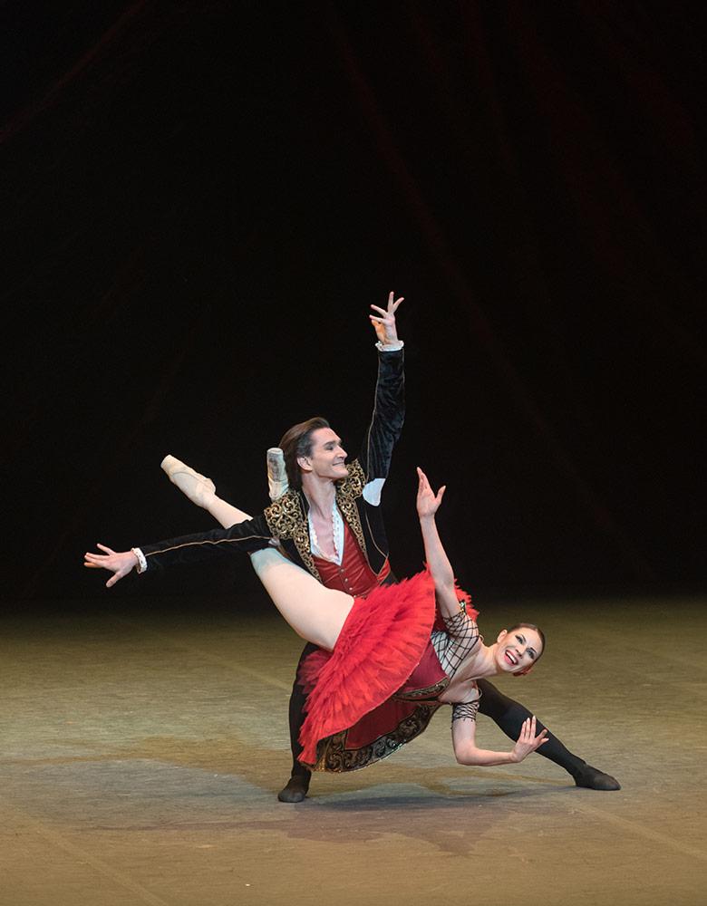 Maria Alexandrova and Vladislav Lantratov in Don Quixote.© Marc Haegeman. (Click image for larger version)