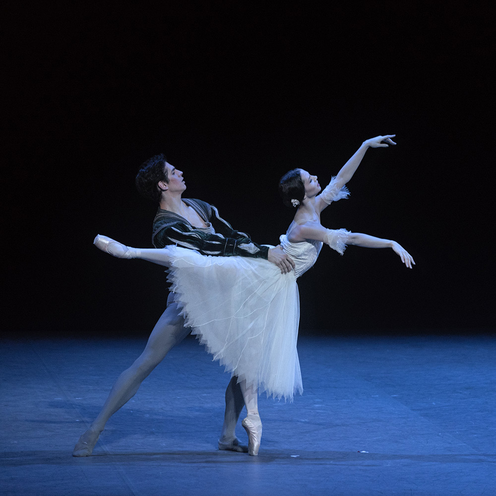 Francesca Hayward and Federico Bonelli in Giselle.© Marc Haegeman. (Click image for larger version)