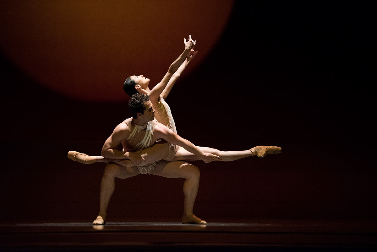 Yuan Yuan Tan and Vitor Luiz in Liang's The Infinite Ocean.© Erik Tomasson. (Click image for larger version)