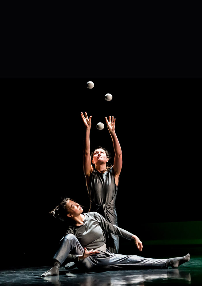 Spring by Gandini Juggling and Alexander Whitley.© Lidia Crisafulli. (Click image for larger version)