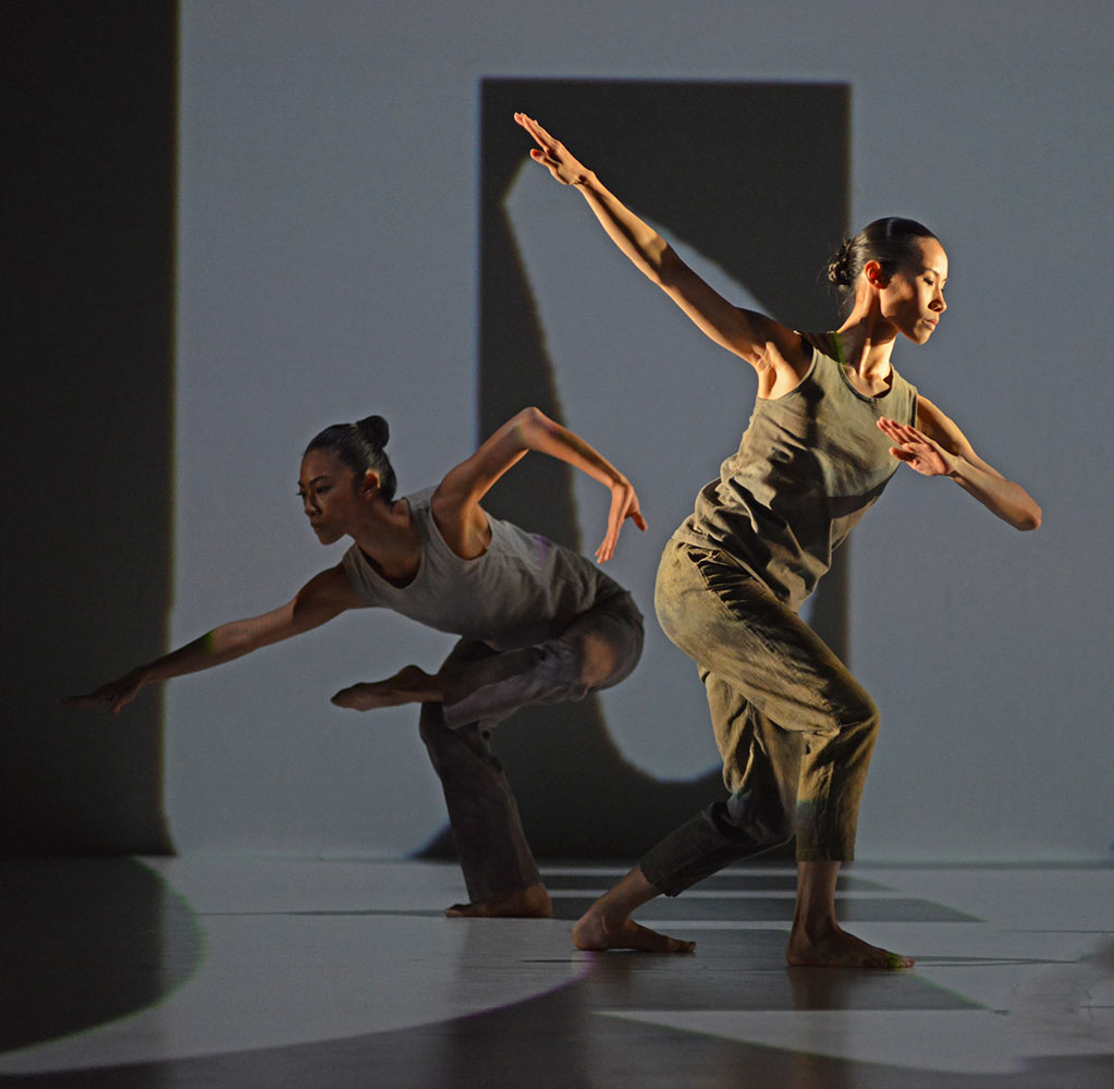 Cloud Gate Dance Theatre of Taiwan in Formosa.© Dave Morgan. (Click image for larger version)