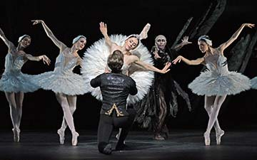 Vadim Muntagirov, Marianela Nunez, Bennet Gartside and artists of the company in Swan Lake.© Dave Morgan, courtesy the Royal Opera House. (Click image for larger version)