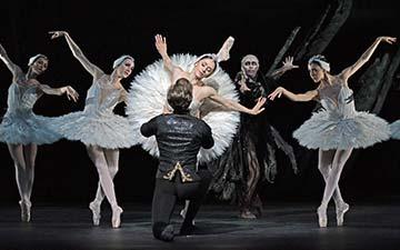 Vadim Muntagirov, Marianela Nunez, Bennet Gartside and artists of the company in Swan Lake.© Dave Morgan, courtesy the Royal Opera House. (Click image for larger version)