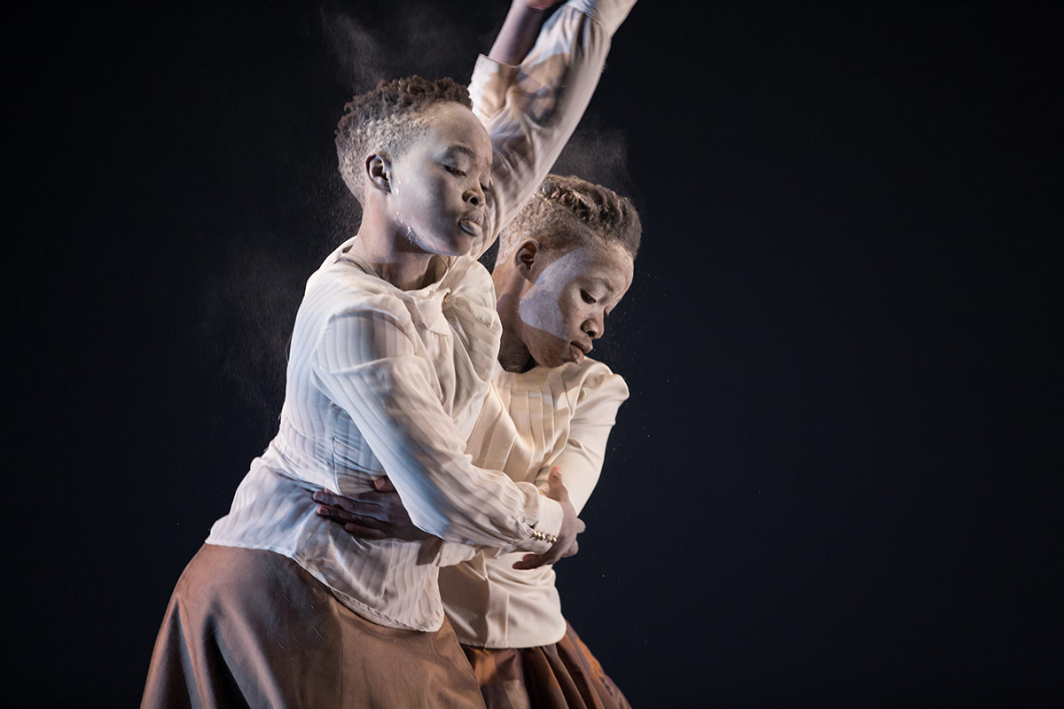 Siwela Sonke Dance Theatre.© Julieta Cervantes. (Click image for larger version)