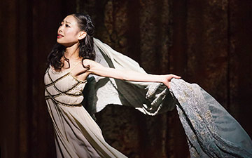 Momoko Hirata in Romeo and Juliet.© Bill Cooper. (Click image for larger version)