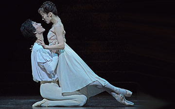 Yasuo Atsuji and Nao Sakuma in Romeo and Juliet.© Dave Morgan. (Click image for larger version)