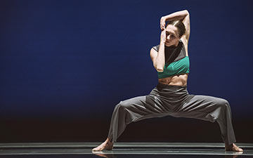 Tegan Schwab in Kate Weare's Giant.© Andrew Weeks. (Click image for larger version)