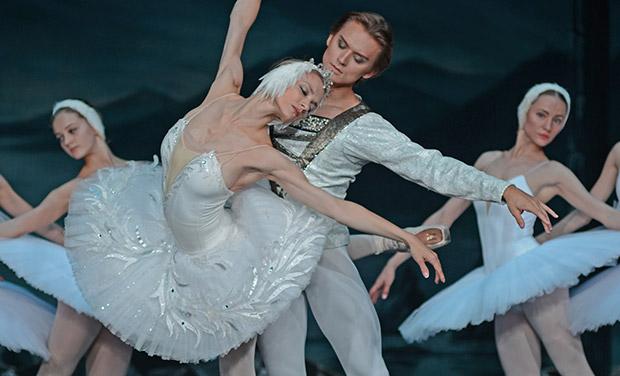 Irina Kolesnikova and Denis Rodkin in <i>Swan Lake</i>.<br />© Dave Morgan. (Click image for larger version)