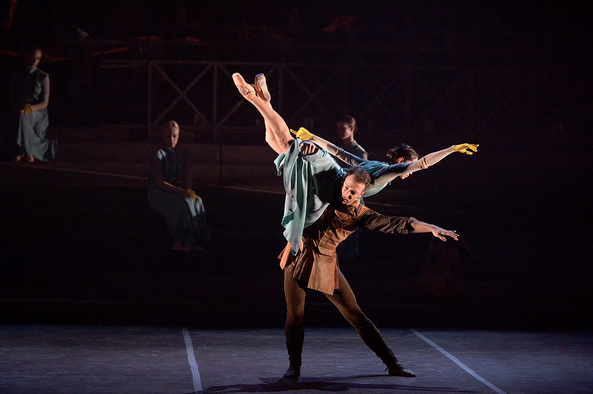 Erina Takahashi and Fabian Reimair in No Man's Land by Liam Scarlett.© Laurent Liotardo. (Click image for larger version)