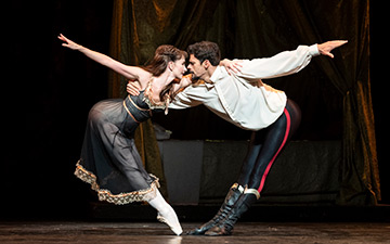 Thiago Soares and Lauren Cuthbertson in Mayerling.© Foteini Christofilopoulou, courtesy the Royal Opera House. (Click image for larger version)