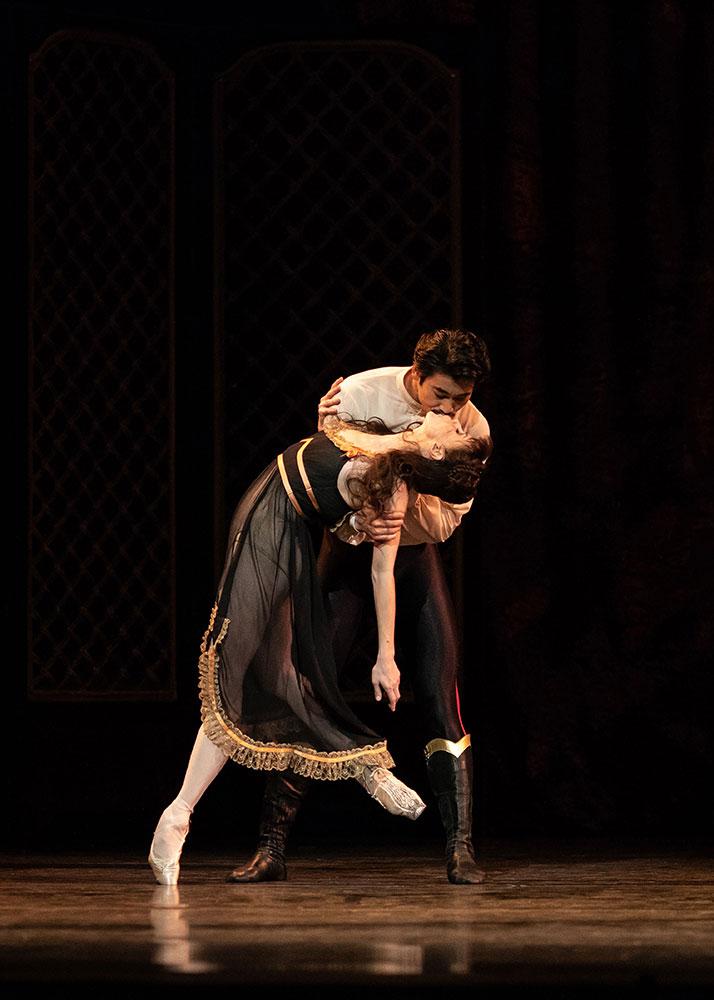 Natalia Osipova and Ryoichi Hirano in <I>Mayerling</I>.<br />© Helen Maybanks, courtesy the Royal Opera House. (Click image for larger version)