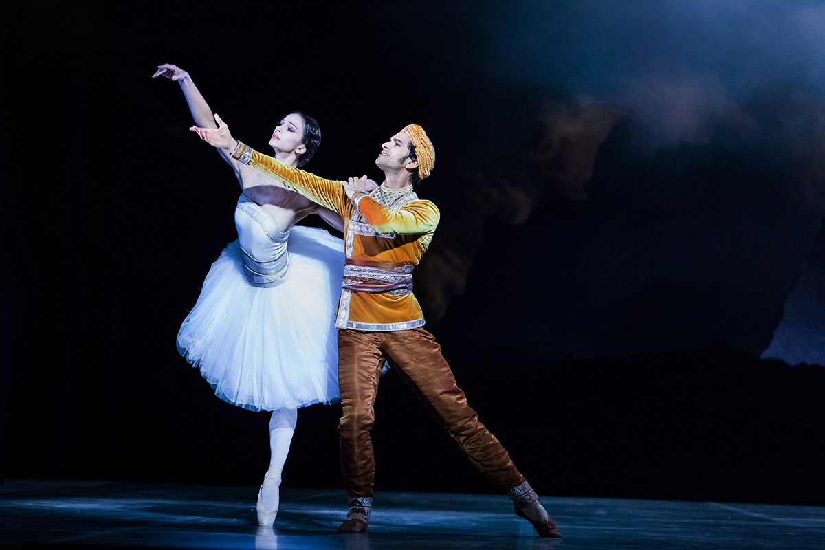 Polina Semionova and Alejandro Vireilles in La Bayadère.© Yan Revazov. (Click image for larger version)