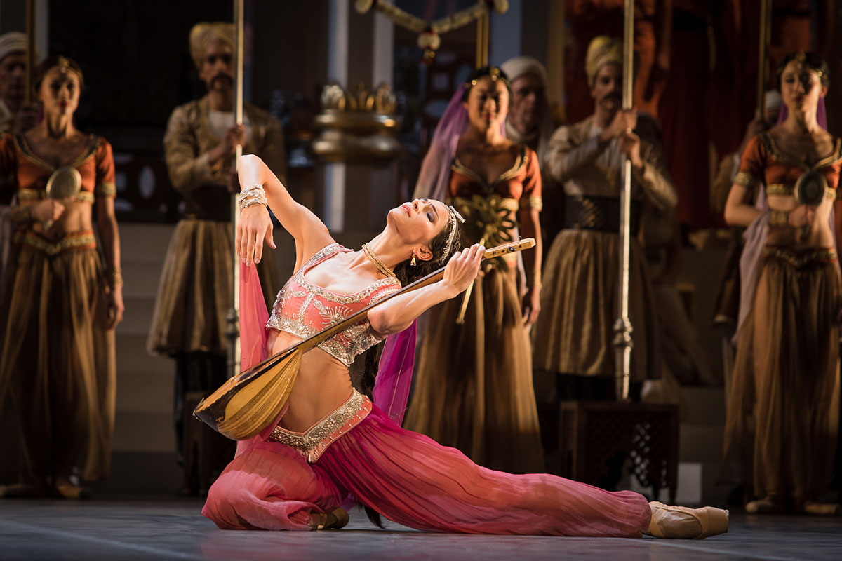 Polina Semionova in La Bayadère.© Yan Revazov. (Click image for larger version)