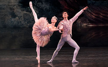 Momoko Hirata and César Morales in The Nutcracker.© Bill Cooper. (Click image for larger version)