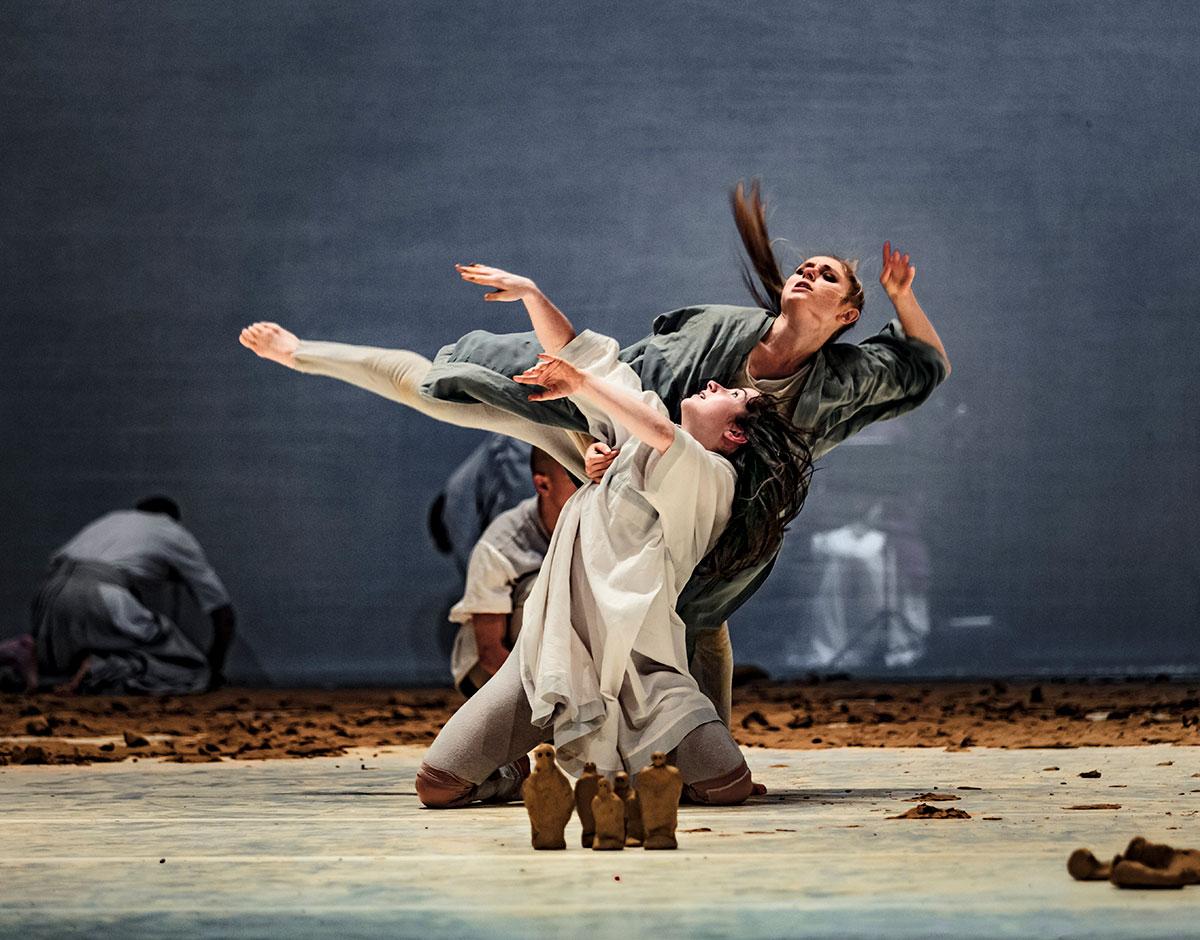 Ekaterina Shushakova and Nicola Leahey in Icon.© Mats Backer. (Click image for larger version)