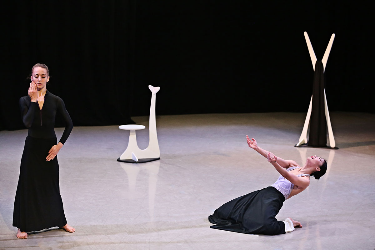 Anne Souder and Xin Ying in Martha Graham's Hérodiade.© Melissa Sherwood. (Click image for larger version)