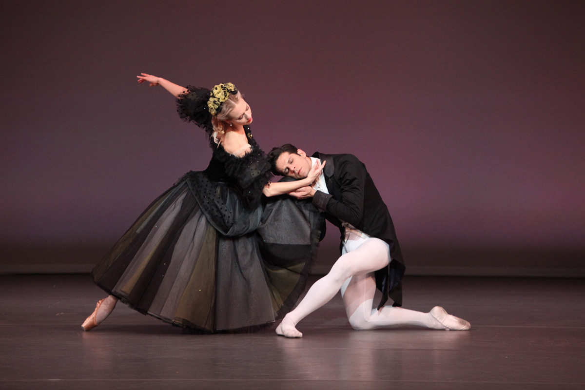 Victoria Hulland & Marcelo Gomes in Sir Frederick Ashton's Apparitions.© Frank Atura. (Click image for larger version)