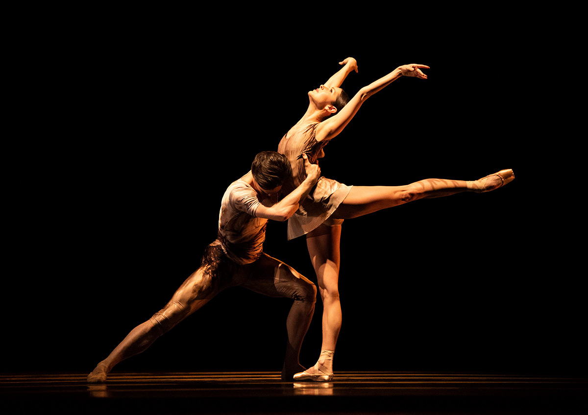 Lauren Strongin and Joseph Walsh in Scarlett's Die Toteninsel.© Erik Tomasson. (Click image for larger version)