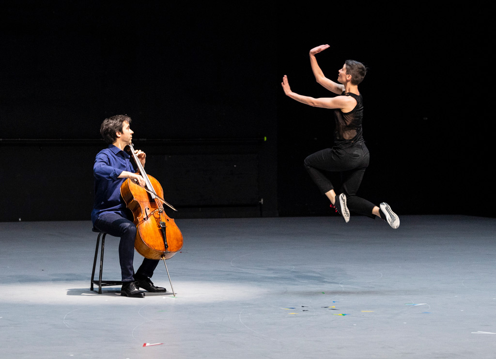Jean-Guihen Queyras and Marie Goudot in Mitten wir im Leben sind / Bach6Cellosuiten.© Foteini Christofilopoulou. (Click image for larger version)