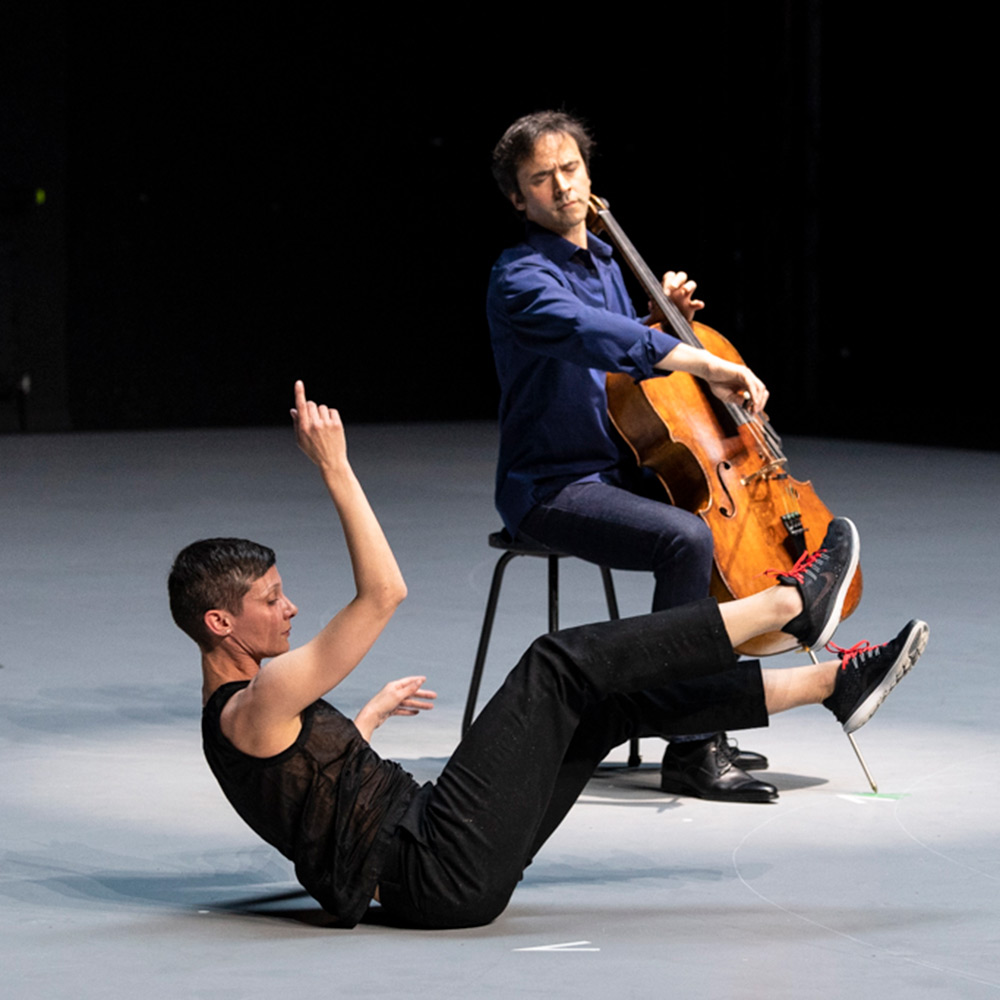 Jean-Guihen Queyras and Marie Goudot in <I>Mitten wir im Leben sind / Bach6Cellosuiten</I>.<br />© Foteini Christofilopoulou. (Click image for larger version)