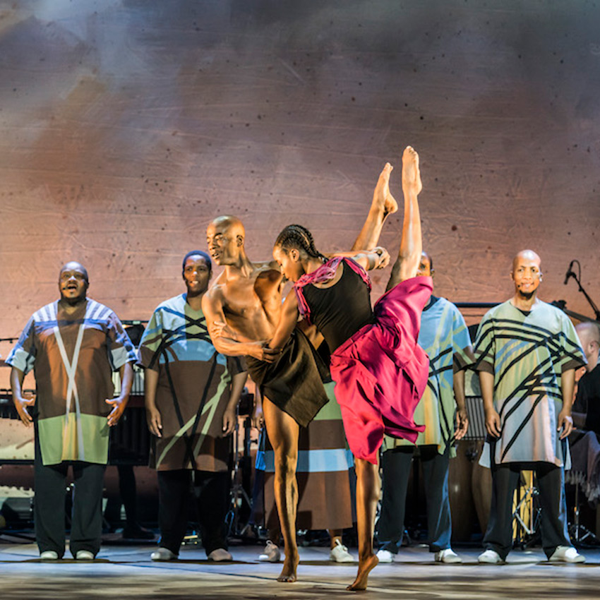 Nahum McLean & Sharia Johnson with Soweto Gospel Choir in <I>Inala</I>.<br />© Johan Persson. (Click image for larger version)