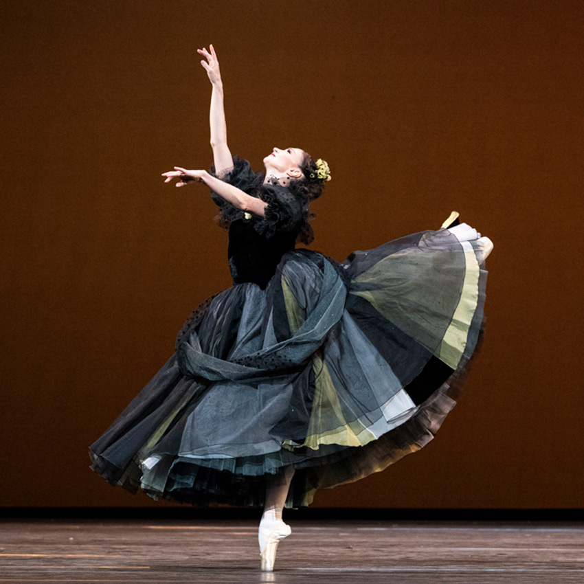 Lauren Cuthbertson in <I>Apparitions</I>.<br />© Foteini Christofilopoulou, courtesy the Royal Opera House. (Click image for larger version)