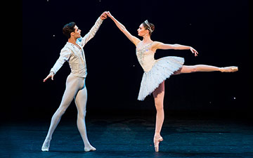 Alyona Kovalyova and Jacopo Tissi in Diamonds.© Darren Thomas. (Click image for larger version)
