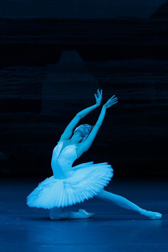 Olga Smirnova in Swan Lake.© Damir Yusupov. (Click image for larger version)