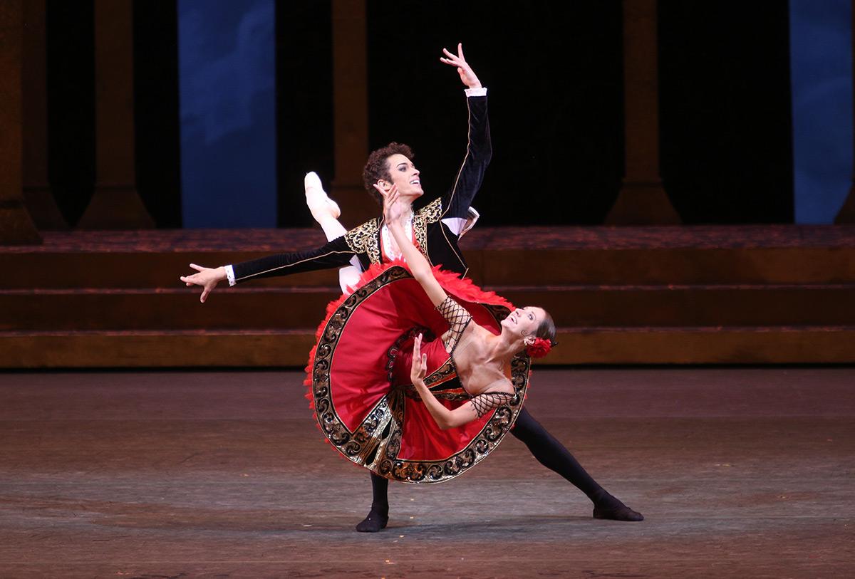 Margarita Shrainer and David Motta Soares in Don Quixote.© Elena Fetisova. (Click image for larger version)