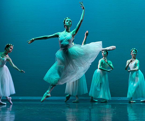 Beatriz Kuperus in <I>Giselle Act II</I>.<br />© Emma Kauldhar. (Click image for larger version)
