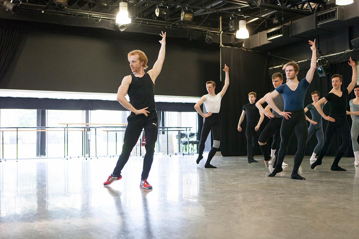 Guest Teacher Steven McRae, Royal Ballet Principal Dancer, with students.© Ty Singleton. (Click image for larger version)