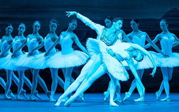 Alyona Kovalyova and Jacopo Tissi in Swan Lake.© Foteini Christofilopoulou. (Click image for larger version)