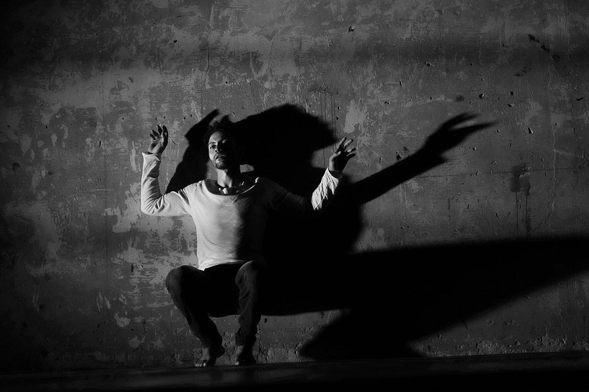 Dane Hurst in Falling Man.© Kashvili-Images. (Click image for larger version)
