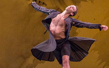 Aaron Loux in Mozart Dances.© Ken Friedman. (Click image for larger version)