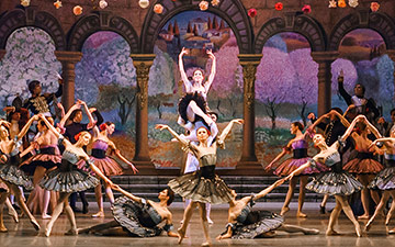 Mariinsky Ballet in Paquita.© Darian Volkova. (Click image for larger version)