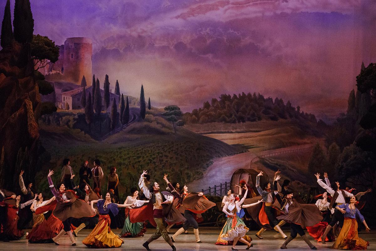 Mariinsky Ballet in Paquita.© Darian Volkova. (Click image for larger version)