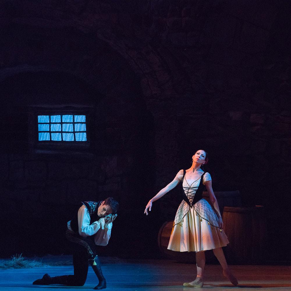Viktoria Tereshkina and Timur Askerov in Paquita.© Darian Volkova. (Click image for larger version)