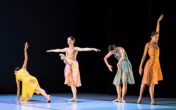 Everyone Keeps Me by Pam Tanowitz: Fumi Kaneko, Anna Rose O'Sullivan, Hannah Grennell and Beatriz Stix-Brunell.© Foteini Christofilopoulou, courtesy the Royal Opera House. (Click image for larger version)