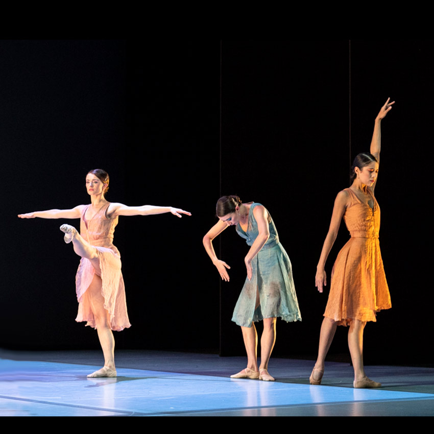 Everyone Keeps Me by Pam Tanowitz: Anna Rose O'Sullivan, Hannah Grennell and Beatriz Stix-Brunell.© Foteini Christofilopoulou, courtesy the Royal Opera House. (Click image for larger version)