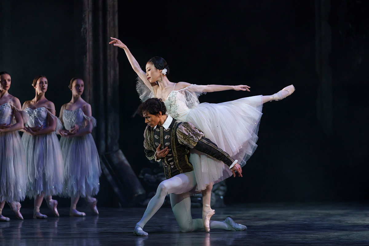 Momoko Hirata and Cesar Morales in Giselle.© Bill Cooper. (Click image for larger version)