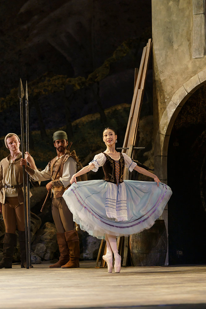 Momoko Hirata in Giselle.© Bill Cooper. (Click image for larger version)
