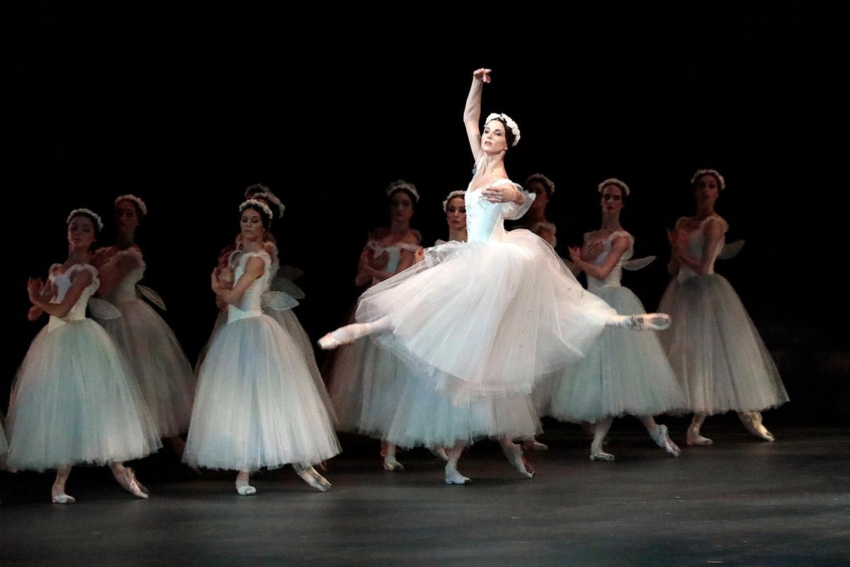 Angelina Vlashinets as Myrtha in Giselle.© Damir Yusupov/ Bolshoi Theatre. (Click image for larger version)