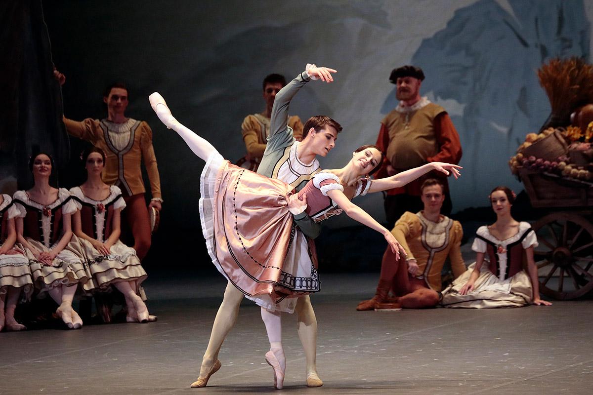 Daria Khokhlova and Alexei Putintsev in Giselle.© Damir Yusupov/ Bolshoi Theatre. (Click image for larger version)