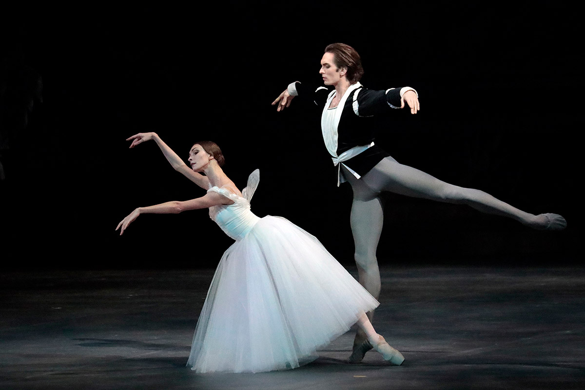 Olga Smirnova and Artemy Belyakov in Giselle.© Damir Yusupov/ Bolshoi Theatre. (Click image for larger version)