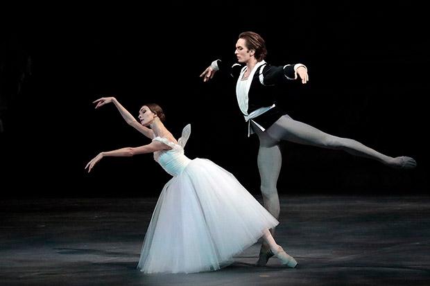 Olga Smirnova and Artemy Belyakov in <I>Giselle</I>.<br />© Damir Yusupov/ Bolshoi Theatre. (Click image for larger version)