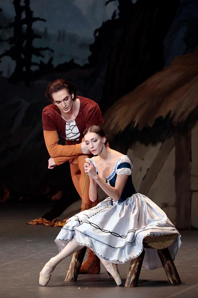 Olga Smirnova and Artemy Belyakov in Giselle.© Damir Yusupov/ Bolshoi Theatre. (Click image for larger version)