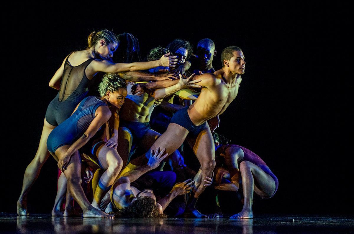 Acosta Danza in Satori.© Enrique Smith Soto. (Click image for larger version)