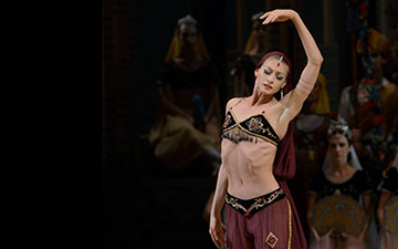 Ekaterina Kondaurova in La Bayadere.© Natasha Razina. (Click image for larger version)
